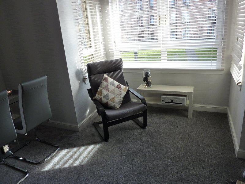 Salón mostrando la ventana de bahía y una silla ocasional adicional (también de la impresora para todas las necesidades de impresión)