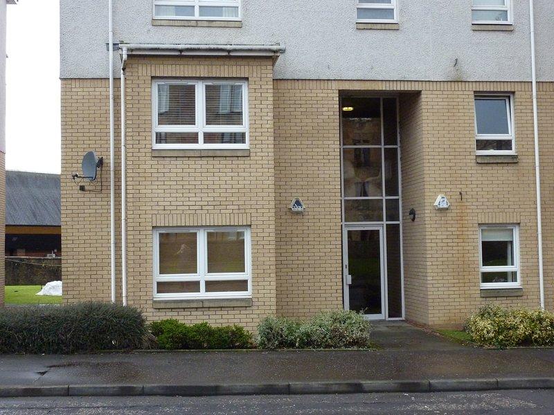 Front of building visar vår lägenhet på första våningen (inte bottenvåningen)