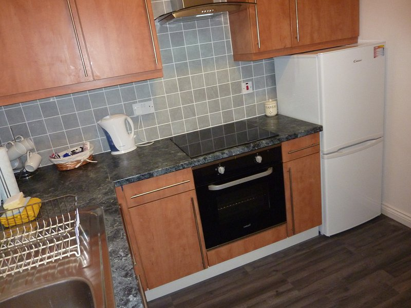 cocina independiente que también muestra a tamaño completo frigorífico