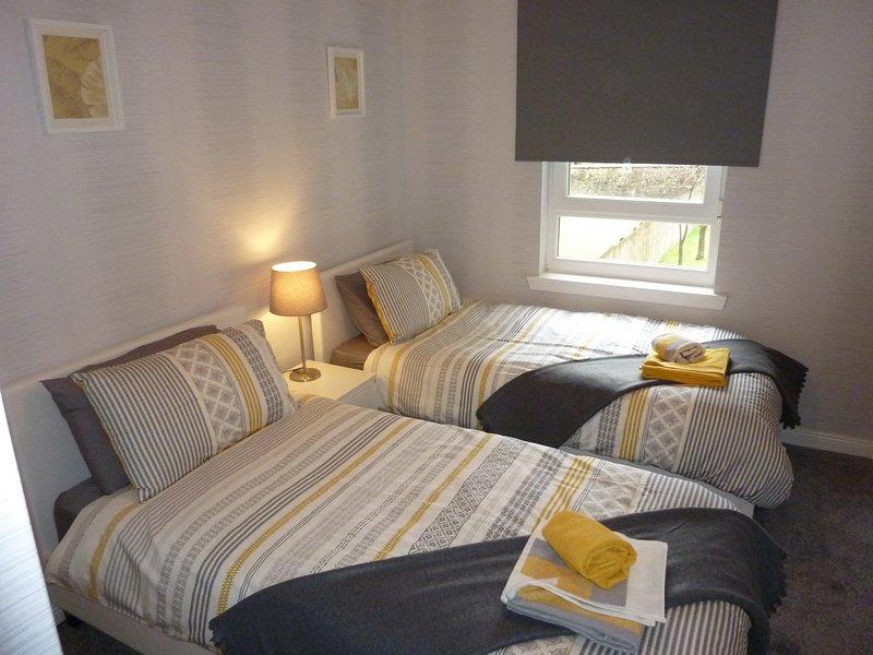 Chambre 2 avec 2 lits simples (3 pi de large), les grandes prises murales de charge armoire et USB