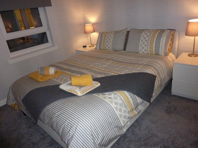 Sovrum 1 med Kingsize (5ft) bred säng och 32 tums Smart TV