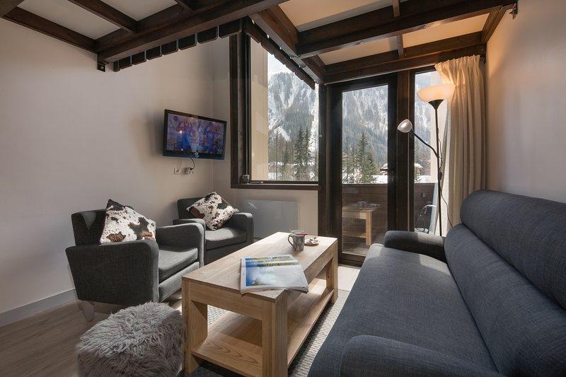 Moderna sala de estar con acceso al balcón