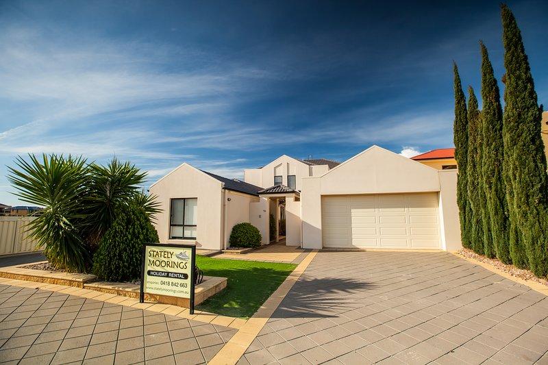 Stately Moorings Wallaroo a Luxury Holiday House, vacation rental in Port Moonta