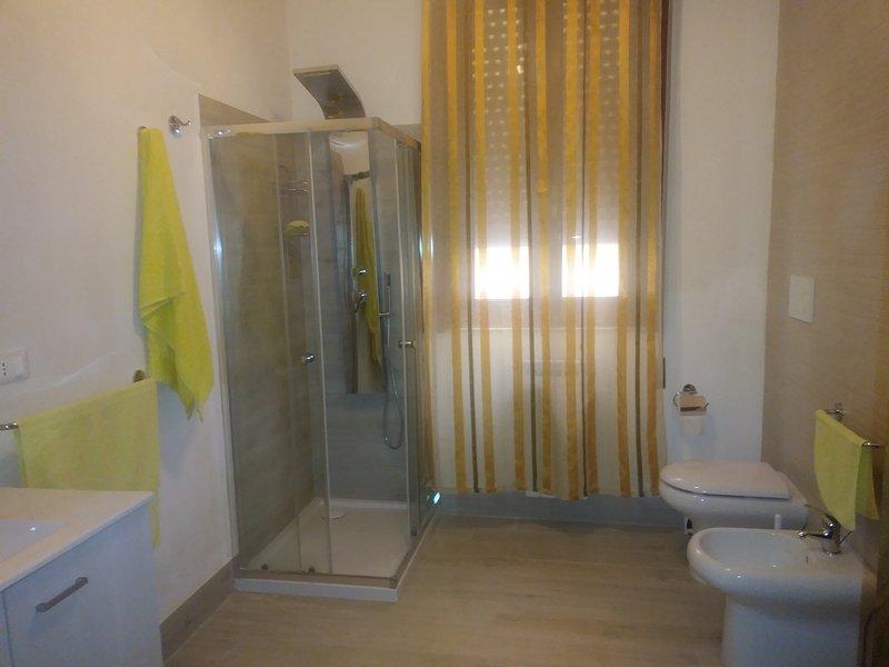 Badezimmer mit Dusche oder Badewanne