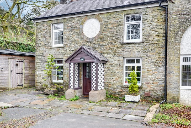 Stabal y Plas - Located between the Brecon Beacons and the Gower coast: BOW07, vacation rental in Felindre