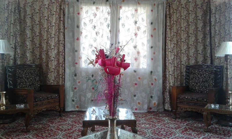 'Shabrose Houseboats Room 3' The Finest chain of Houseboats in Kashmir., vakantiewoning in Harwan
