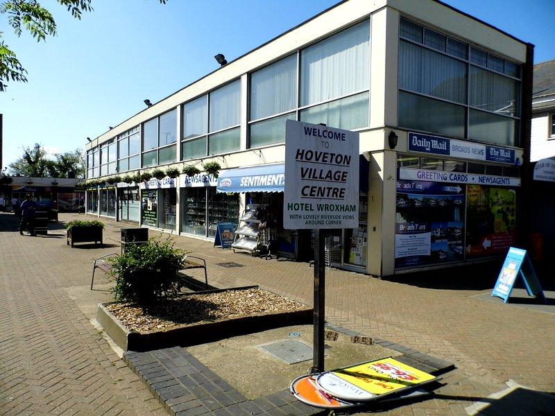 Zona comercial a solo 5-10 minutos a pie con tiendas, bancos, correos y restaurantes y más.
