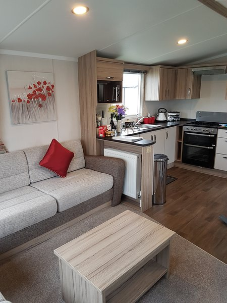 The Fox's Retreat at Flamingoland - 3 Bed Luxury Caravan Rental, holiday rental in Little Habton