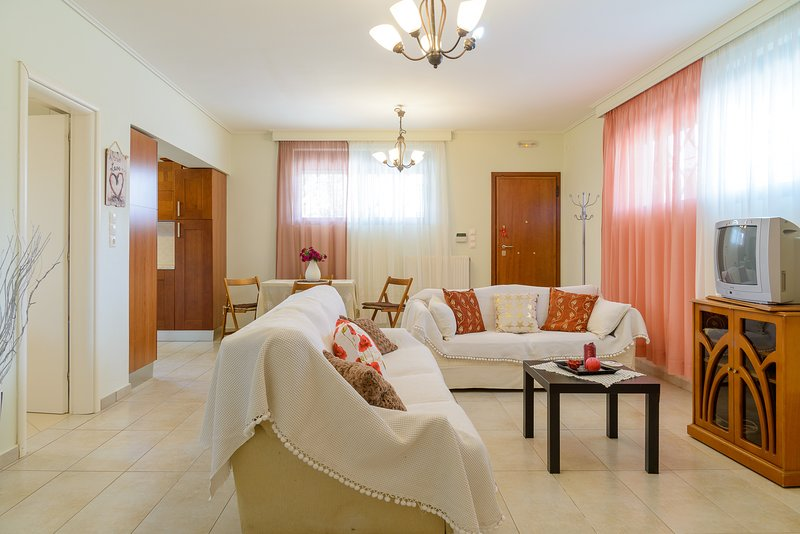 Comfy Vacation flat, 300 meters from beach, holiday rental in Artemida