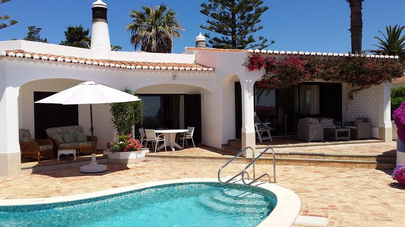 4 bedroom house in secluded position with sea views garden and heated pool., holiday rental in Almadena