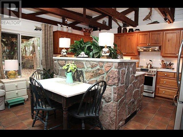 amplia cocina que está totalmente equipada con vajilla y utensilios