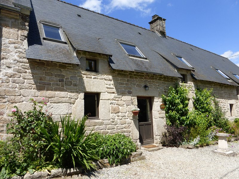 Cottage with large shared heated pool set in 30 acres, holiday rental in Guemene-sur-Scorff