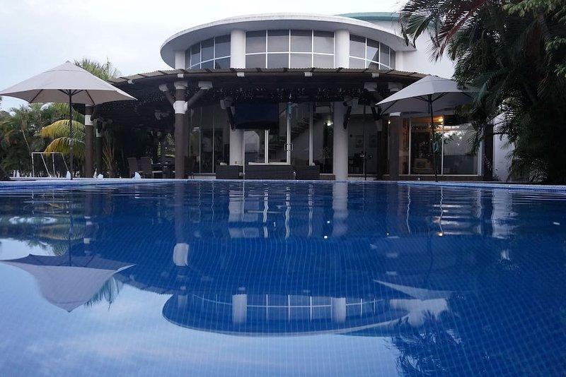 design moderne ronde par l'architecture sur l'un des condos les plus prestigieux de San José.