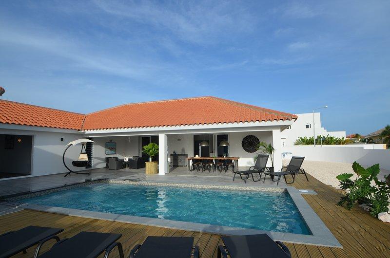 Bienvenue à Kas Korsou. Véranda, terrasse et piscine vous accueillent ..
