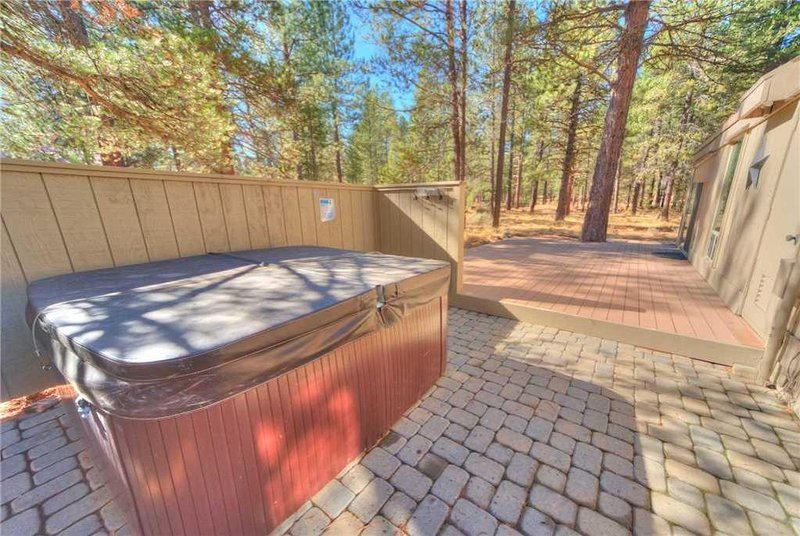 Sunriver-Vacation-Rental_5-Diamond-Peak_Hot-Tub