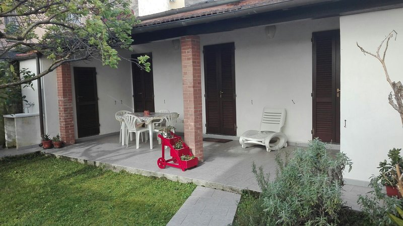 Casa Pineta Indipendente Giardino a 50 metri dalla Pineta e a 500 metri dal mare, casa vacanza a Viareggio