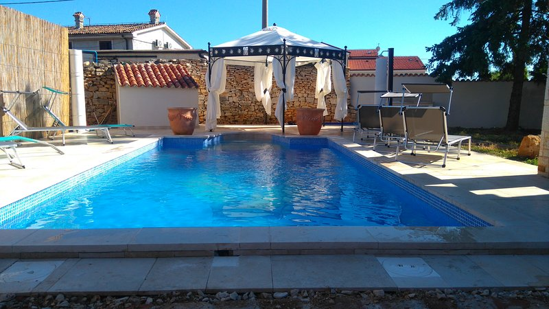 Family apartment with big garden & private pool, holiday rental in Medulin