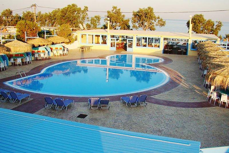 Seaside Studio with Pool (S5), location de vacances à Vlychada