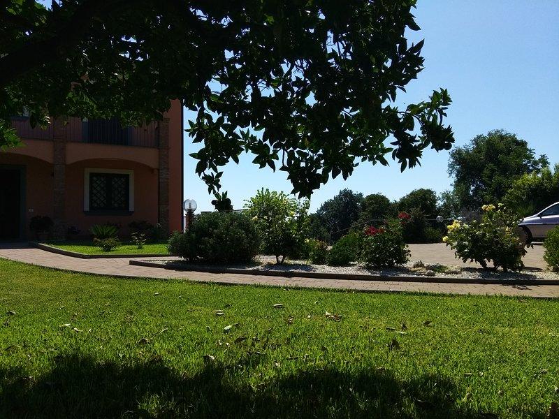 Villa Feluchia tra il Mare e il Vulcano  B&B - camera bianca deluxe, holiday rental in Pennisi