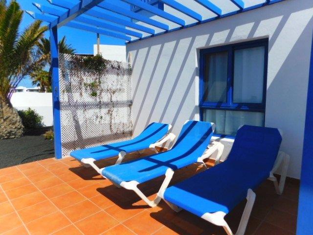 Vista para o terraço, jardim-solário com chuveiro privativo.