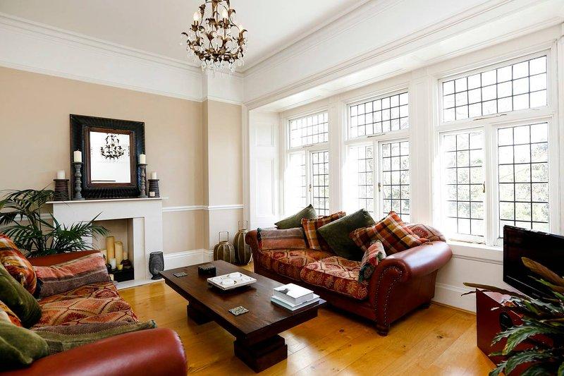 Helle und sonnige Wohnzimmer mit Kolonialstil eingerichtet