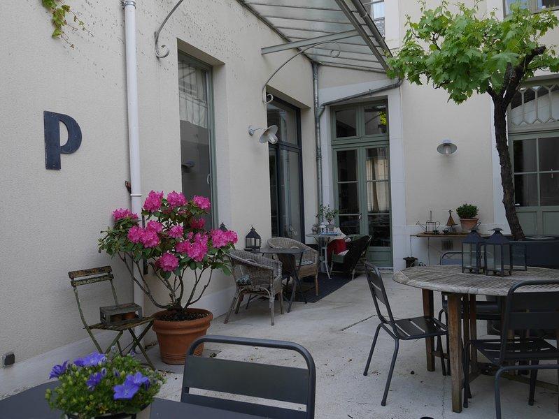 Centre de Reims maison avec terrasse parking jusqu' à 15 personnes  min 2 nuits, location de vacances à Chigny les Roses