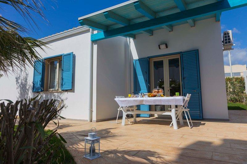 RESIDENCE DAMMUSA Villetta a Donnalucata, con piscina a 900m dalla spiaggia, vacation rental in Donnalucata