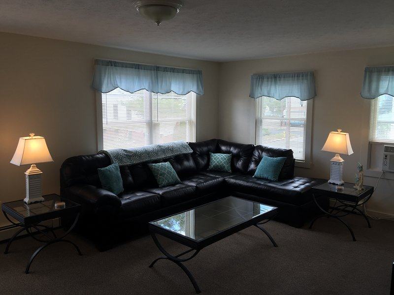 BEACH RENTAL WITH 3 BEDROOMS,A/C & FREE BEACHFRONT PARKING, holiday rental in Old Orchard Beach