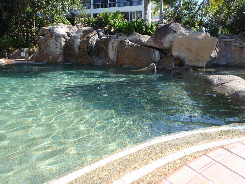 2 pooler med vattenfall