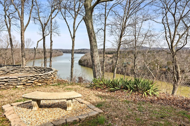 Views of serene Lake Cumberland offer a spot of peace and quiet.