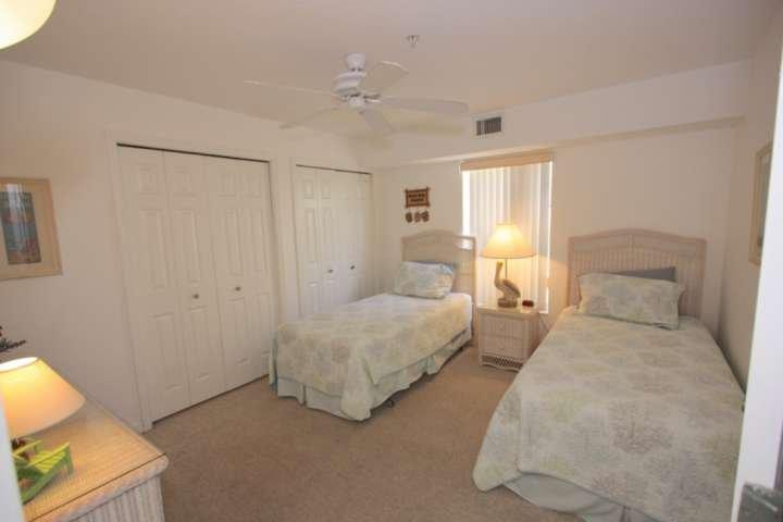 Lassen Sie die Kinder oder Gäste sich nach einem spaßigen Strandtag in diesem schönen Gästezimmer mit 2 Einzelbetten entspannen