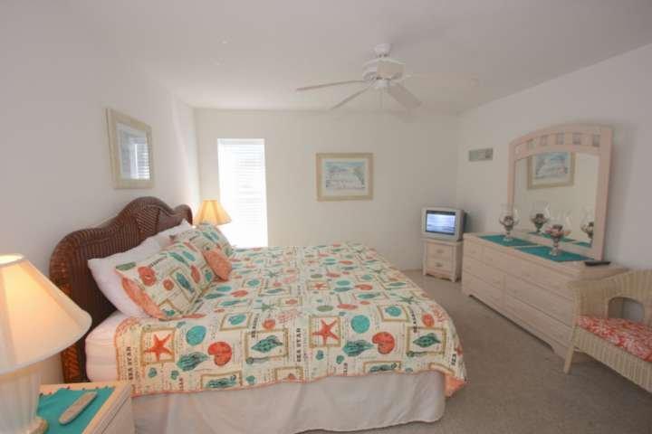 Entspannen Sie sich nach einem schönen Tag am The Beach in diesem geräumigen Hauptschlafzimmer mit Kingsize-Bett, Kabel-TV, eigenem Hauptbadezimmer