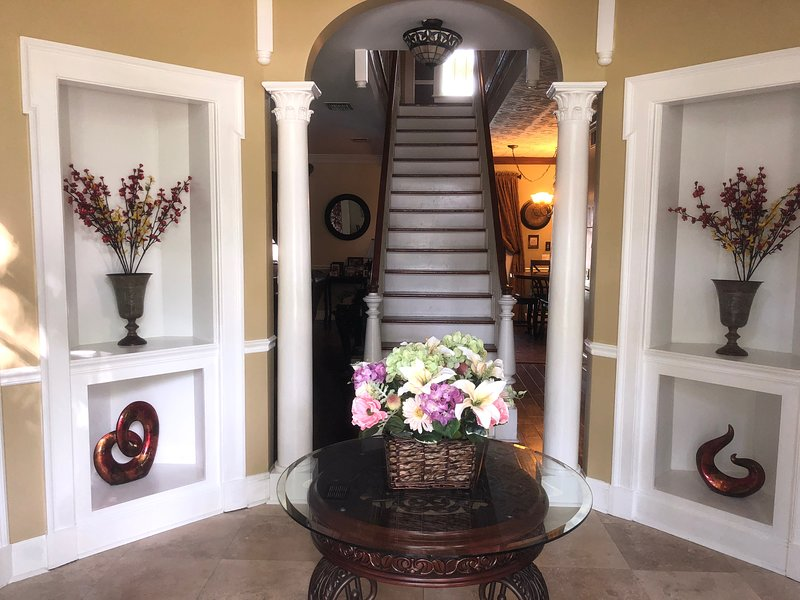 Beautiful Custom Built Family Retreat~ Pool Home, holiday rental in Brandon
