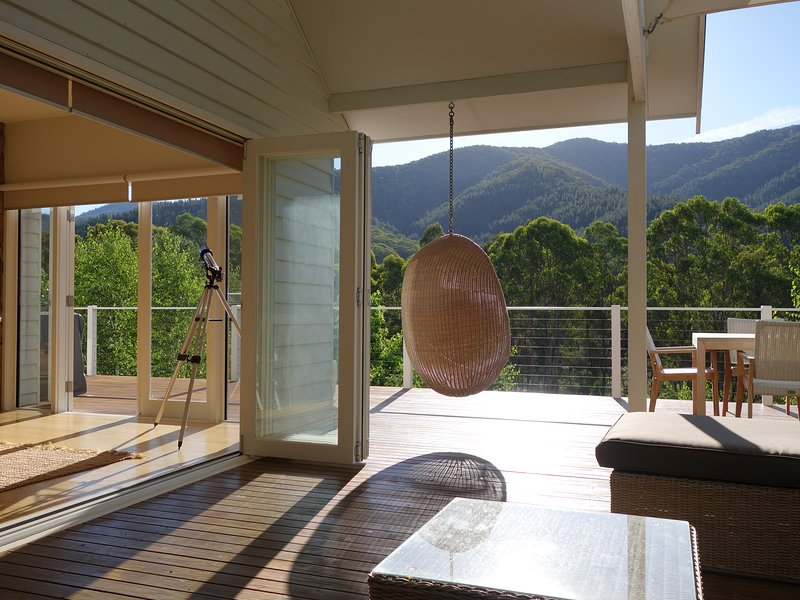THE EVENING STAR LUXURY HOLIDAY HOME - STUNNING MOUNTAIN AND VALLEY VIEWS, holiday rental in Smoko