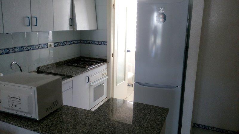 Cozinha com microondas e utensílios