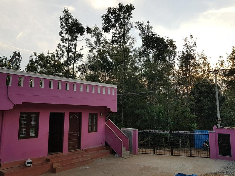 Misty Mounts Plantations Stay - Dormitory room sleeps of 20, holiday rental in Chikmagalur