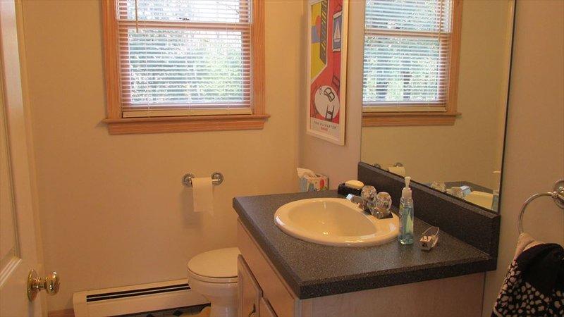 A l'étage salle de bain avec baignoire