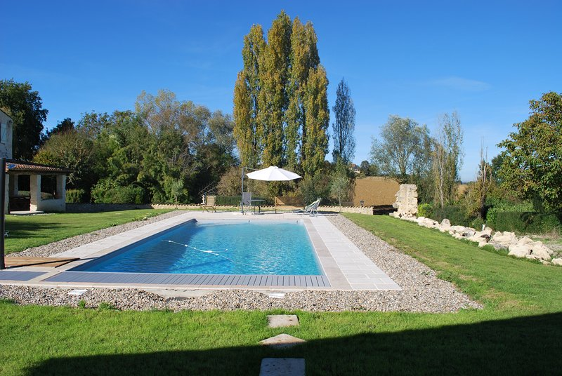 Renovated country house sleeps 6. Large pool, peace and tranquility, holiday rental in Larressingle