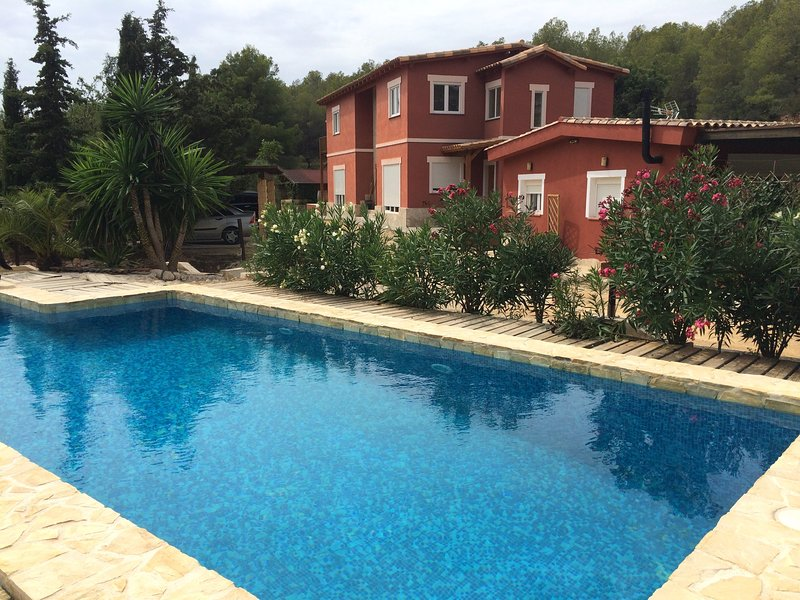Spacious apt with pool access, vacation rental in Polop