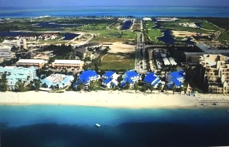 2 BR 2 BA 7 Mile Beach Btwn WESTIN & RITZ, GROUND FLOOR, holiday rental in Camana Bay