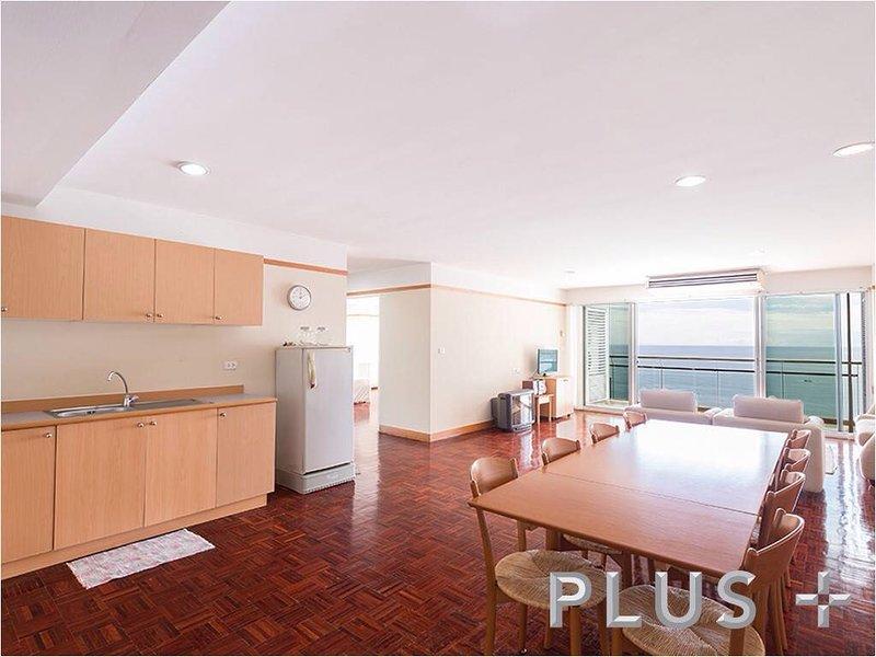 Ampio soggiorno con cucina completa, pranzo, divano, tv via cavo, internet, bagno per gli ospiti