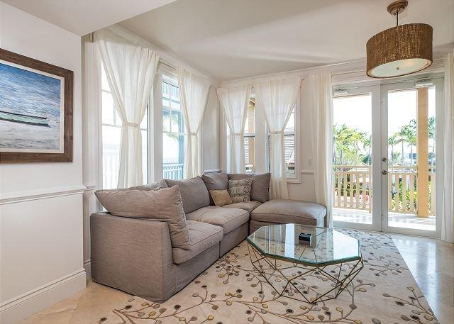 Sala de estar con patio privado con vistas a la piscina