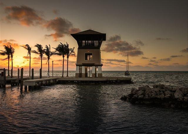 La torre de la puesta del sol en el puerto deportivo