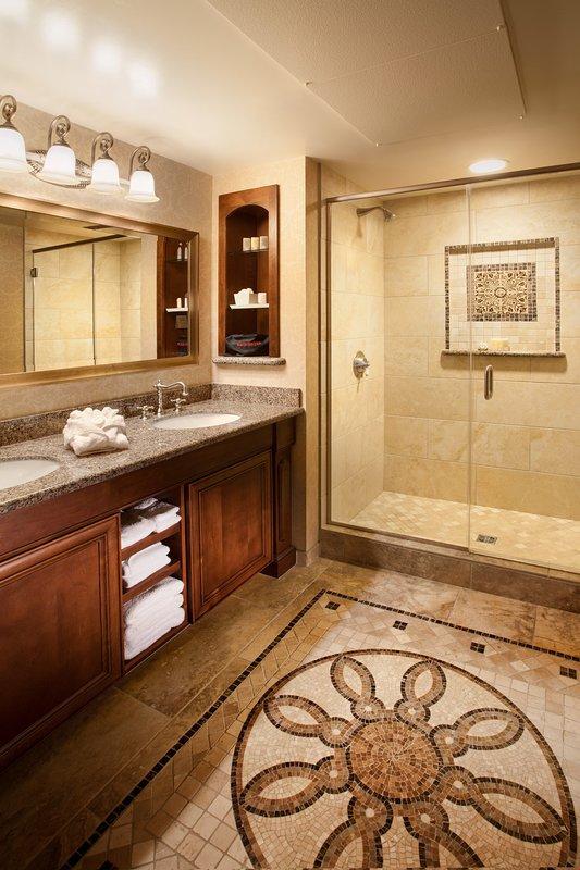 La salle de bain moderne dispose d'une baignoire en marbre et une douche séparée, et est entièrement équipée