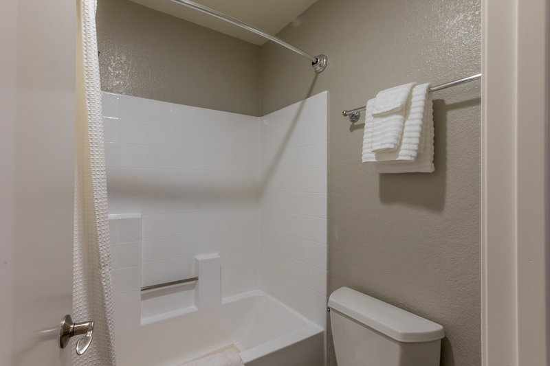 Very clean tub/shower and towels are provided.