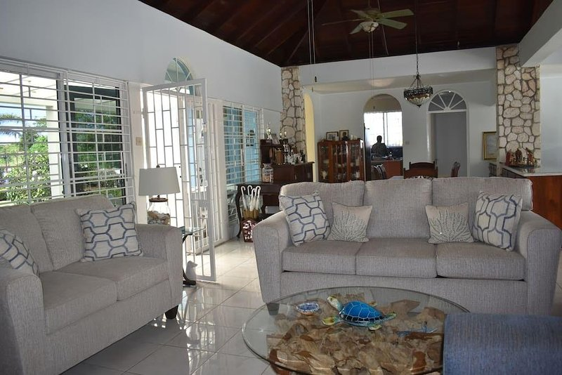 Seadrift Villa w/ private pool, great entertainment space, easy walk to beach., alquiler vacacional en Jamaica