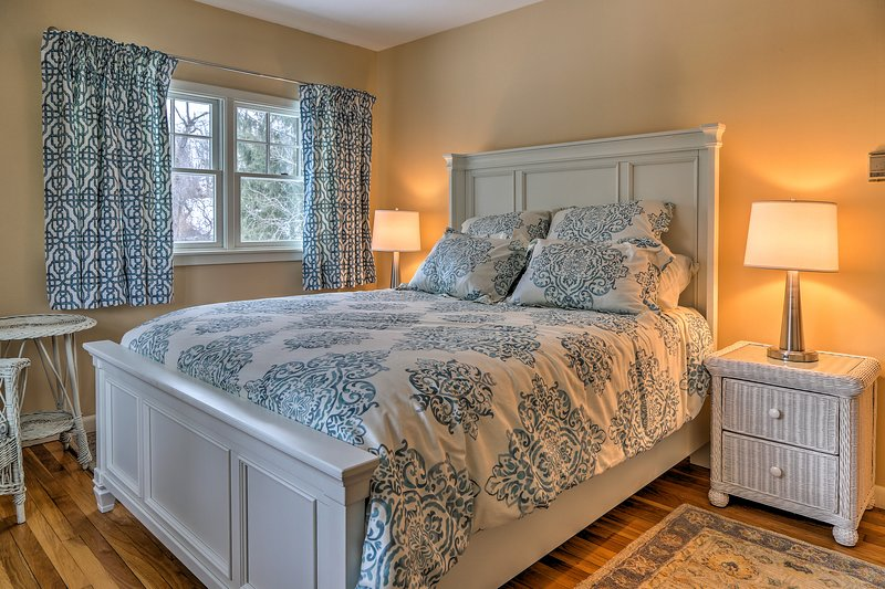 Drift effortlessly to sleep in this plush queen bed.