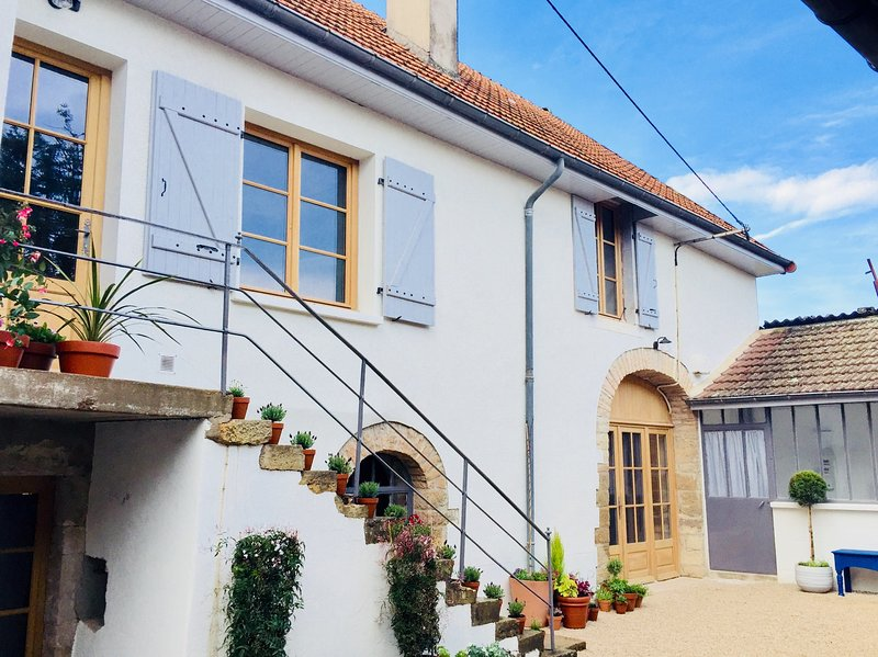 Stunning House Featuring Terrace with 180 Degree Vineyard Views, holiday rental in Montceau-et-Echarnant