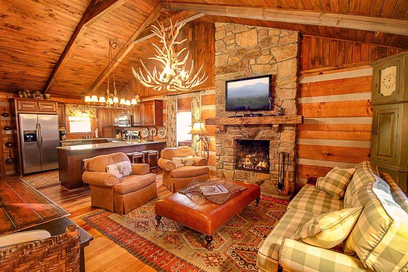 Sala de estar con HD Smart TV y chimenea