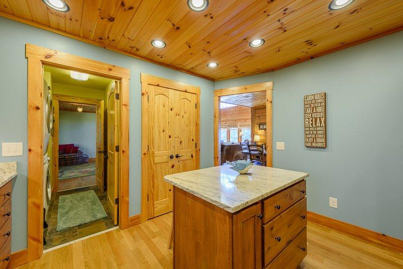 Eingebaute Granite Island mit Platz für 2 Personen in der Küche